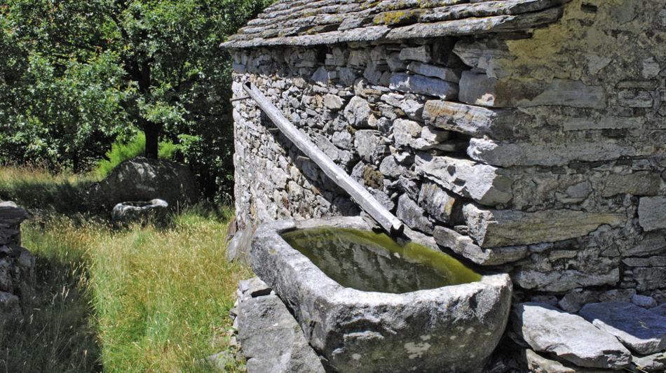 rustico-con-vasca-in-pietra-1128-0.jpg