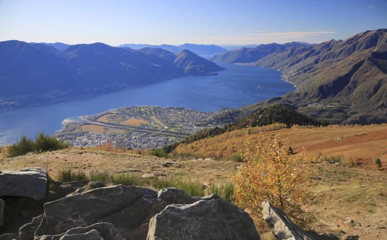 Ein Berg, der dem Herbst Farbe verleiht