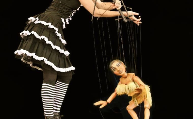 Die Puppen auf der Bühne
