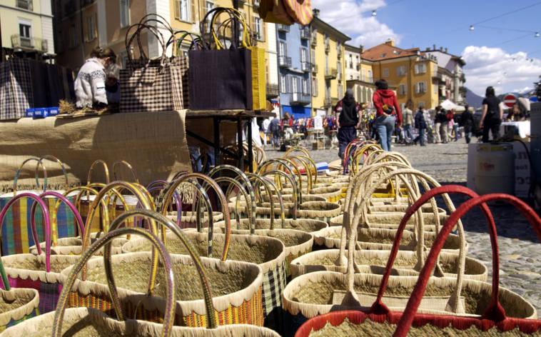 Markttreiben auf Locarnos Piazza