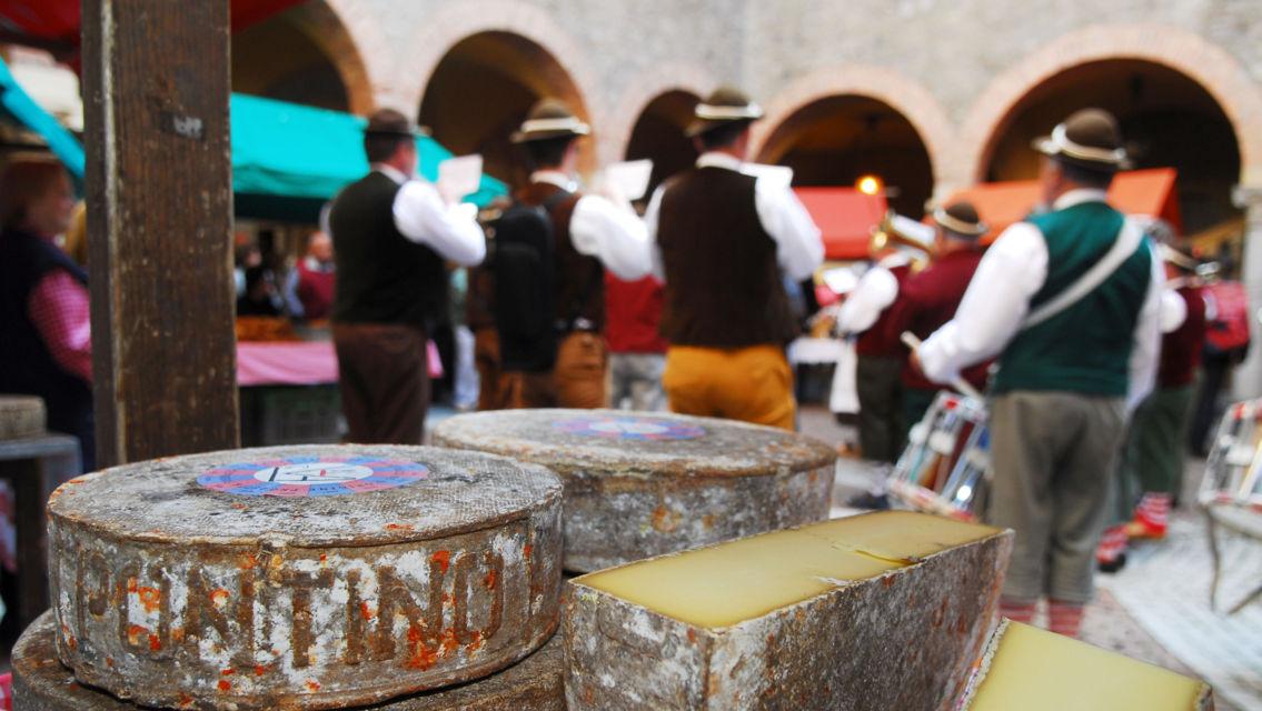 Mercato-Bellinzona-formaggi-9234-TW-Slideshow.jpg