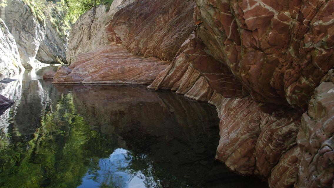 Parco-Gole-della-Breggia-rocce-rosse-stratificate-12285-TW-Slideshow.jpg