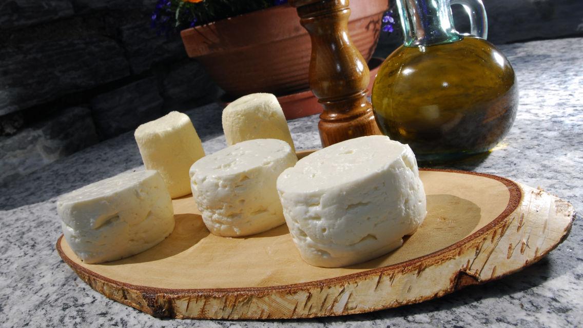 formaggini-della-Valle-di-Muggio-9593-TW-Slideshow.jpg