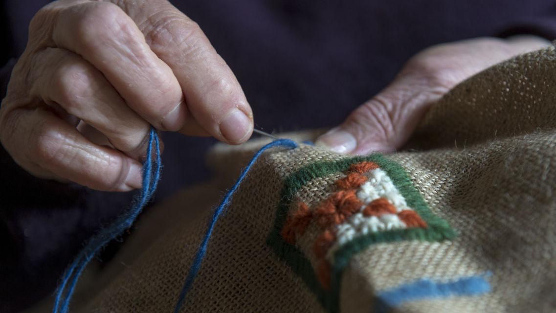 tappeti-ricamati-della-valle-di-Muggio-8761-TW-Slideshow.jpg